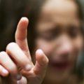 Как вытащить занозу у ребенка без иголки?